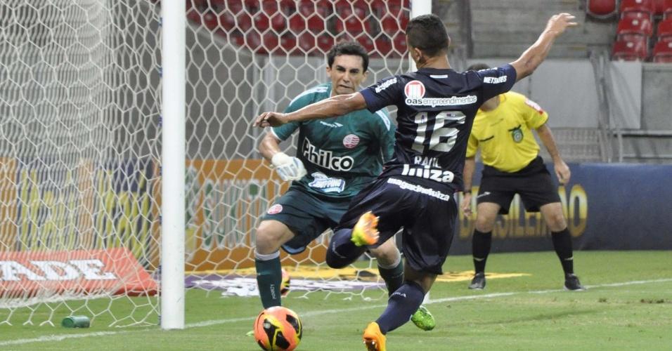 17.nov.2013 - Raul, do Bahia, tenta marcar gol durante partida contra o Náutico, pelo Campeonato Brasileiro