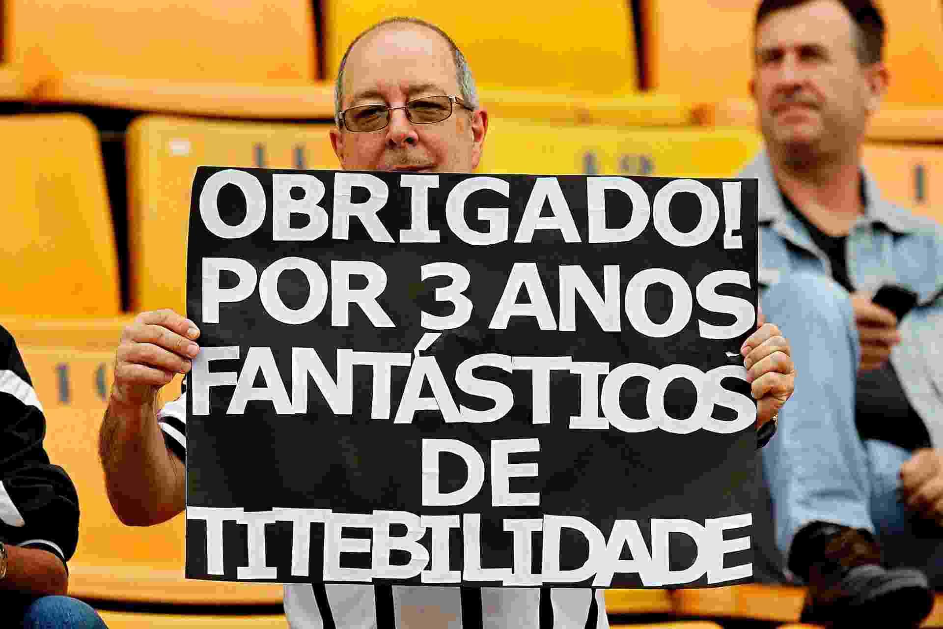 17.nov.2013 - Torcedores corintianos fazem homenagem a treinador Tite, que sairá ao fim da temporada - Reinaldo Canato/UOL