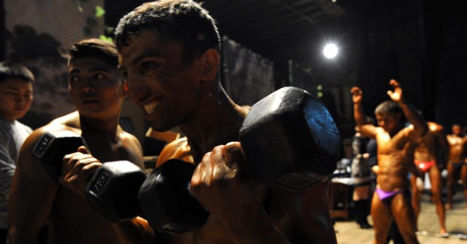 Competidor se exibe com halteres no backstage da Competição de Fisiculturismo, no Quirguistão