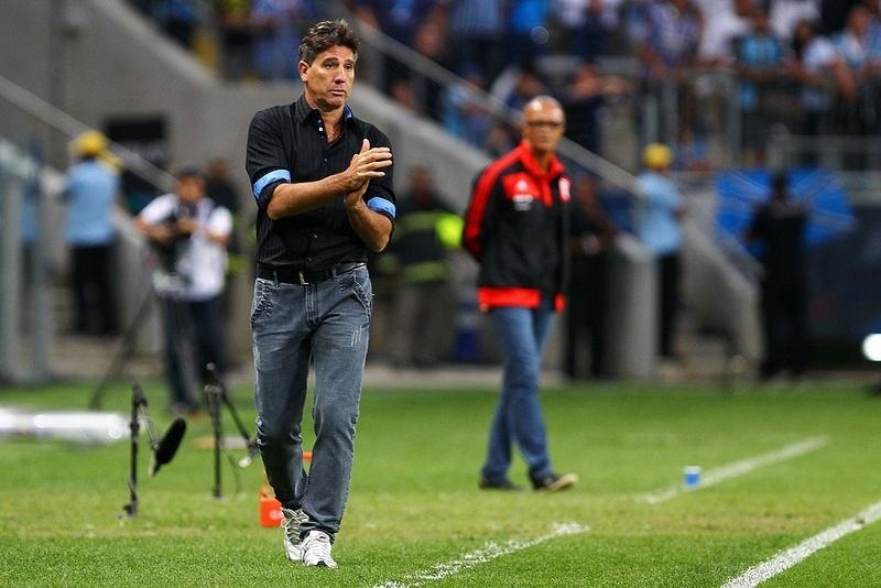 Renato Gaúcho orienta jogadores do Grêmio em jogo com Flamengo