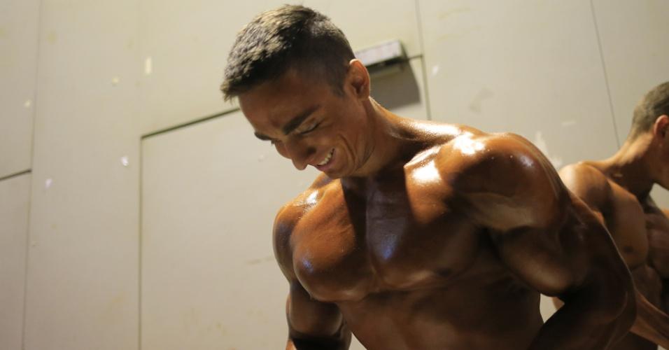 Tomas Horak, da República Tcheca, aproveita para tonificar os músculos antes a competição em Sankt Polten, na Áustria