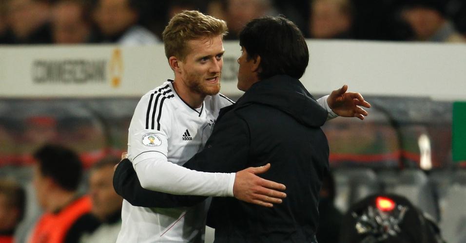 11.out.2013 - Andre Schürrle abraça o técnico Joachim Löw após marcar um dos gols da vitória por 3 a 0 da Alemanha sobre a Irlanda; resultado selou a classificação dos alemães para o Mundial-14