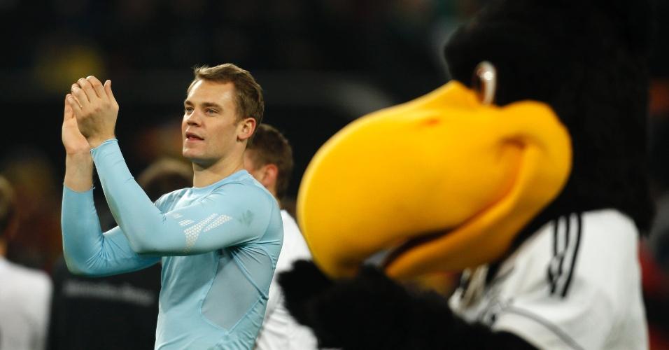 11.out.2013 - Ao lado da mascote Paule, Manuel Neuer comemora a vitória por 3 a 0 da Alemanha sobre a Irlanda; resultado classificou os alemães para a Copa-14