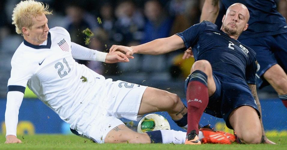 15.nov.2013 - Brek Shea (e), dos EUA, e Alan Hutton, da Escócia, travam disputa intensa pela bola durante amistoso disputado em Glasgow; partida terminou empatada por 0 a 0