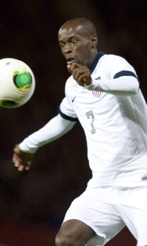 15.nov.2013 - DaMarcus Beasley, dos EUA, 'hipnotiza' a bola durante o amistoso contra a Escócia em Glasgow; partida terminou empatada por 0 a 0