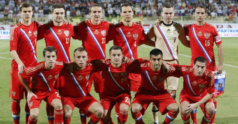 15.nov.2013 - Jogadores da Rússia posam para foto tradicional antes do amistoso contra a Sérvia em Dubai; partida terminou empatada por 1 a 1
