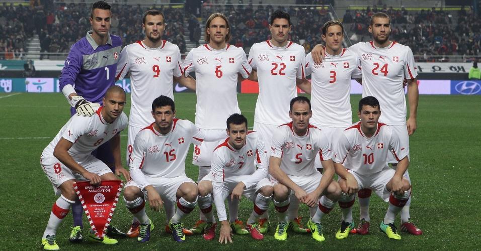 15.nov.2013 - Jogadores da Suíça posam para tradicional foto antes do amistoso contra a Coreia do Sul; sul-coreanos venceram por 2 a 1 em seul
