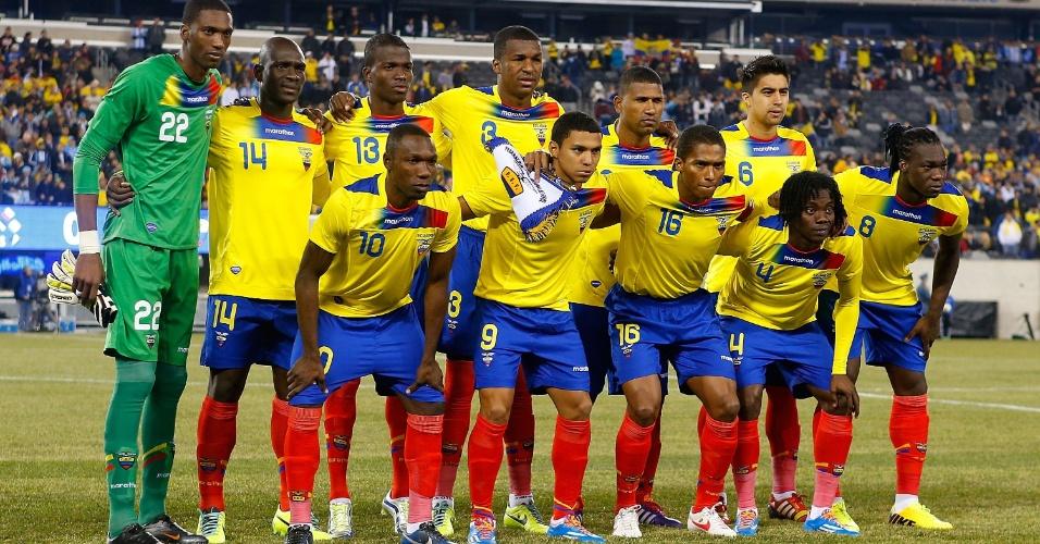 15.nov.2013 - Jogadores do Equador posam para tradicional foto antes do amistoso contra a Argentina nos EUA; partida terminou empatada sem gols