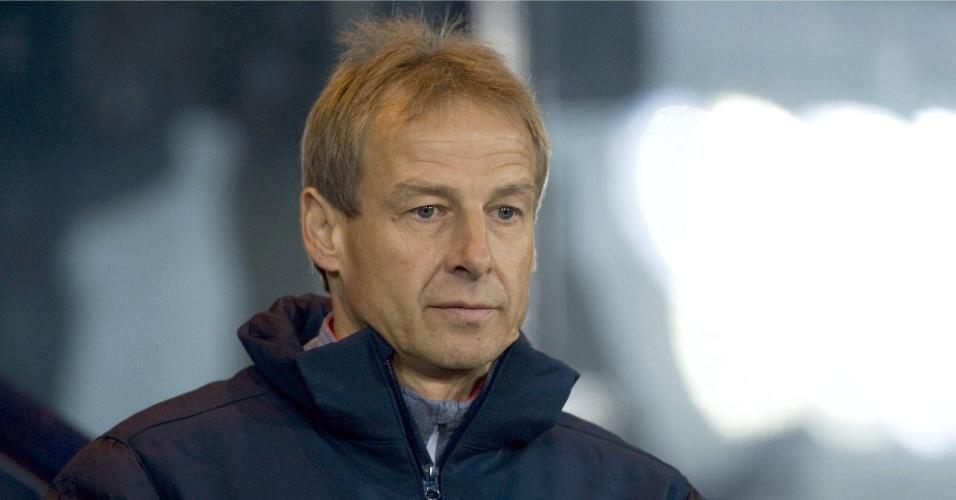 15.nov.2013 - Jürgen Klinsmann, técnico dos EUA, observa seus jogadores durante o empate sem gols com a Escócia em amistoso disputado em Glasgow