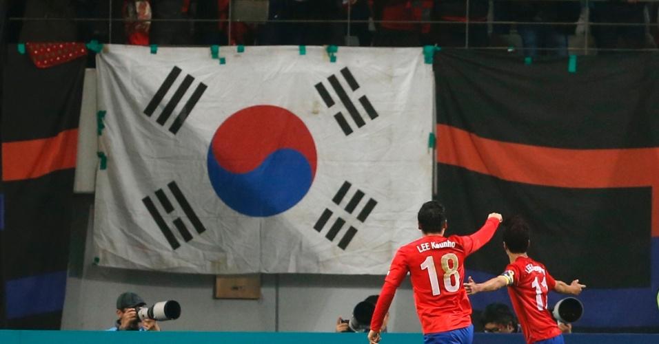 15.nov.2013 - Lee Chung-yong (d) comemora após marcar o gol da vitória por 2 a 1 da Coreia do Sul sobre a Suíça em amistoso disputado em Seul