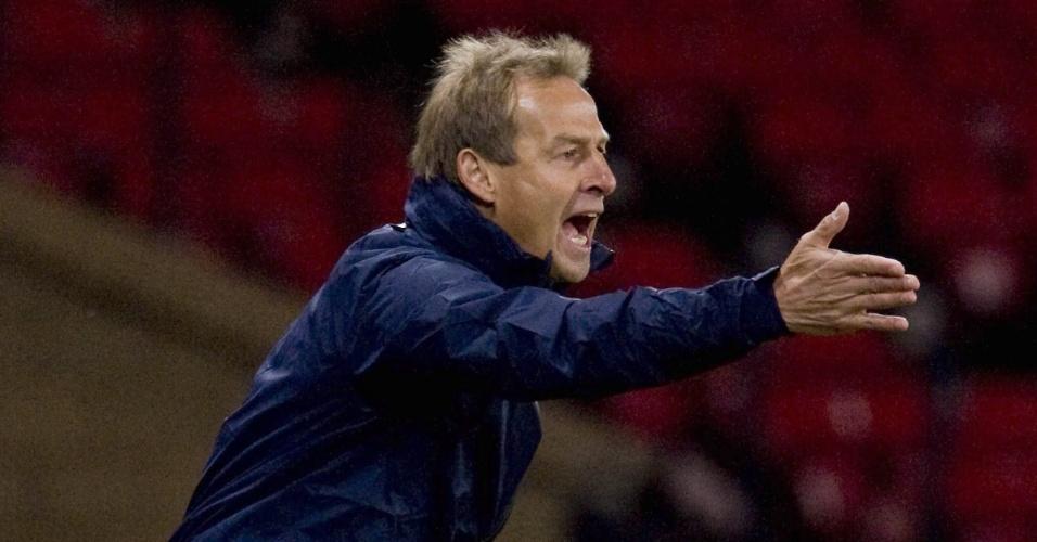 15.nov.2013 - Técnico dos EUA, Jürgen Klinsmann gesticula durante o empate sem gols com a Escócia em amistoso disputado em Glasgow