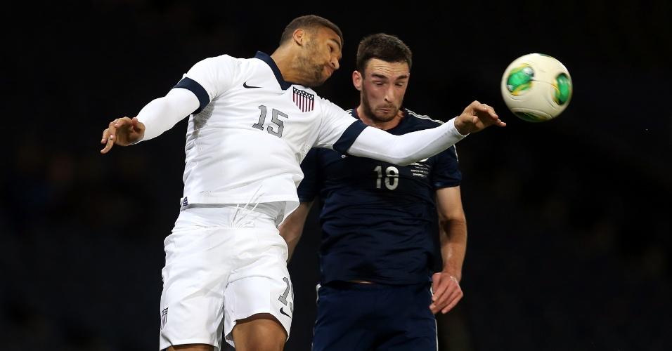 15.nov.2013 - Terrance Boyd (e), dos EUA, disputa jogada pelo alto com Lee Wallace, da Escócia, durante amistoso em Glasgow; jogo terminou empatado por 0 a 0