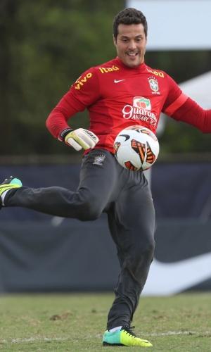 18.nov.2013 - Observado por Felipão, Júlio César treina na seleção brasileira; goleiro deve atuar contra o Chile