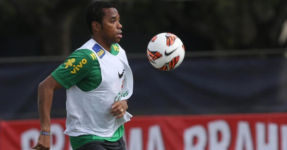 18.nov.2013 - Robinho poderá ter nova chance diante dos chilenos; atacante ainda briga por uma vaga na Copa