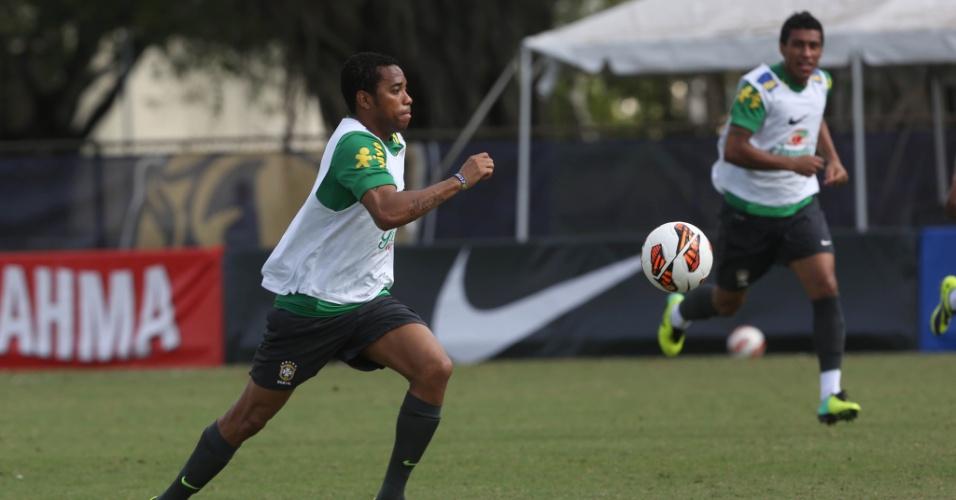 18.nov.2013 - Robinho durante rachão da seleção brasileira