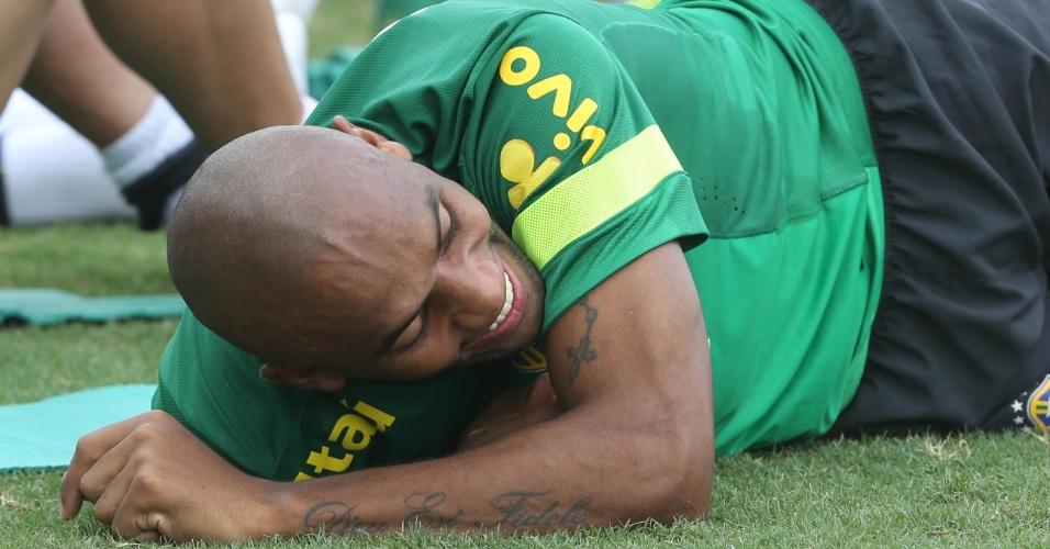 18.nov.2013 - Maicon sorri no último treino da seleção brasileira enfrentar o Chile
