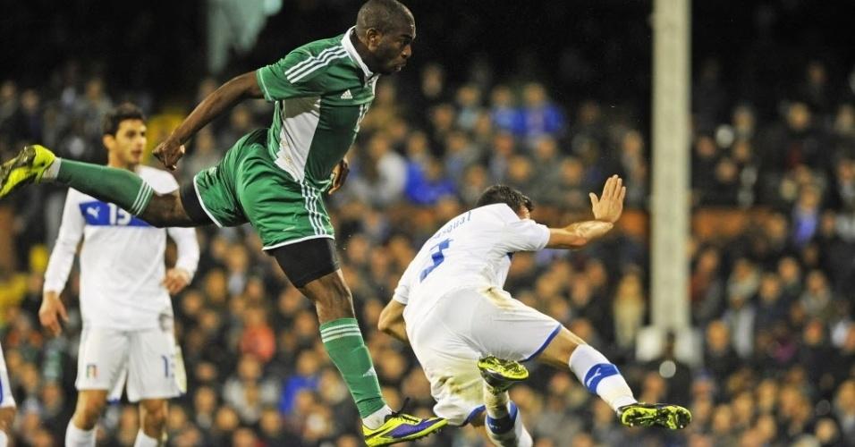 18.nov.2013 - Bright Dike cabeceia para marcar um dos gols da Nigéria diante dos italianos; amistoso terminou empatado por 2 a 2