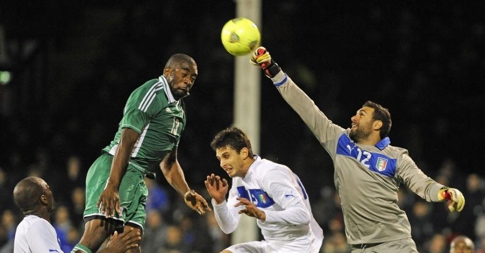 18.nov.2013 - Goleiro italiano Sirigu sai do gol para evitar o gol dos nigerianos durante amistoso; partida terminou empatada por 2 a 2