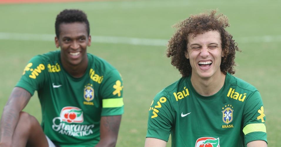 18.nov.2013 - Jô e David Luiz se divertem durante treino da seleção brasileira