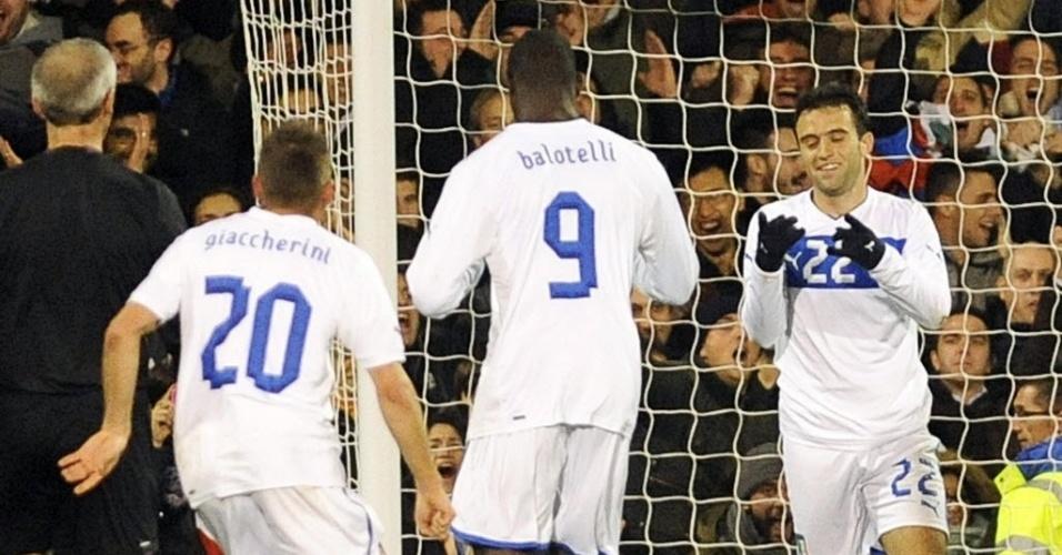 18.nov.2013 - Rossi comemorou o seu gol com Balotelli e Giacherinni; amistoso entre Itália e Nigéria terminou empatado por 2 a 2