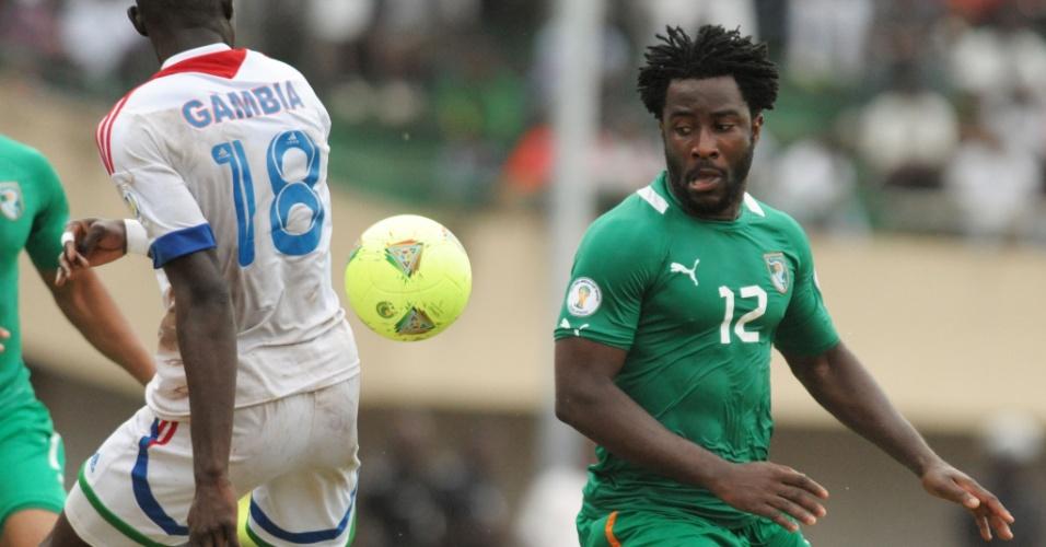 08.jun.2013 - Wilfried Bony (d), da Costa do Marfim, briga pela bola durante a vitória por 3 a 0 sobre Gâmbia pelas eliminatórias da Copa-2014