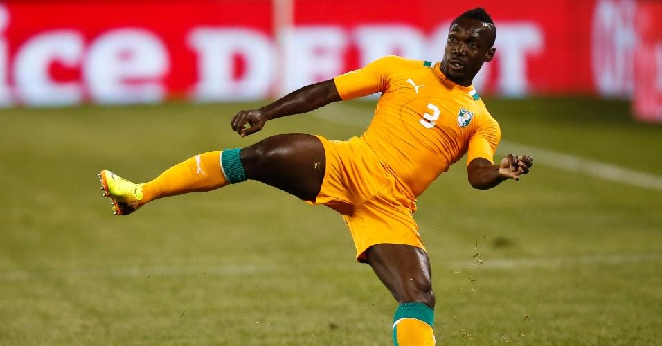 14.ago.2013 - Arthur Boka, da Costa do Marfim, tenta se equilibrar durante a derrota por 4 a 1 para o México em amistoso disputado nos EUA