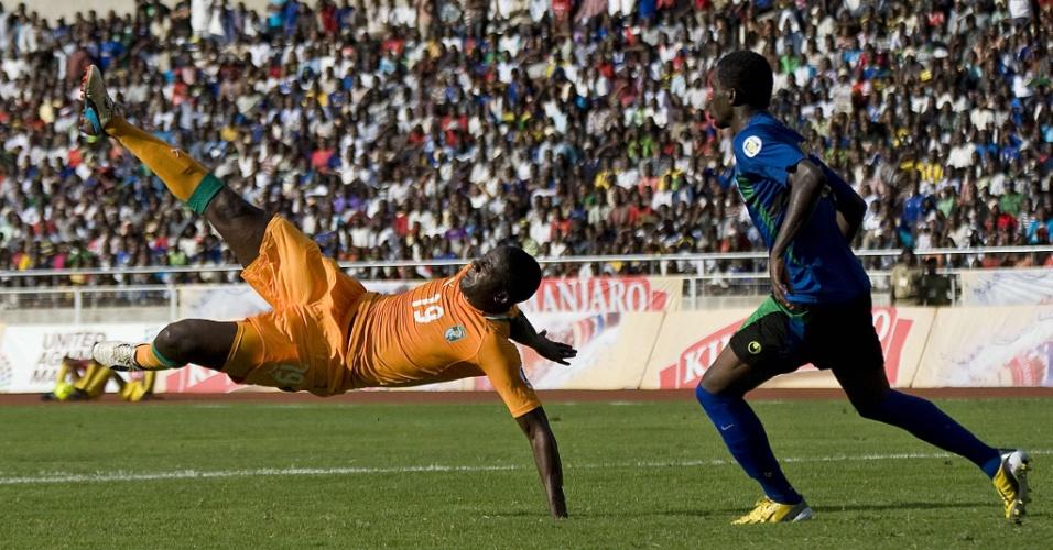 16.jun.2013 - Yaya Touré (e), da Costa do Marfim, tenta acertar um voleio durante a vitória por 4 a 2 sobre a Tanzânia pelas eliminatórias da Copa-2014