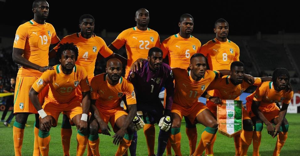 16.nov.2013 - Jogadores da Costa do Marfim posam para tradicional foto antes da partida de volta contra Senegal pelas eliminatórias da Copa-14
