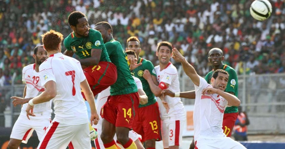 17.nov.2013 - Jean Makoun (nº 11) cabeceia para marcar um dos gols da vitória por 4 a 1 de Camarões sobre a Tunísia; resultado classificou os camaroneses para a Copa-2014