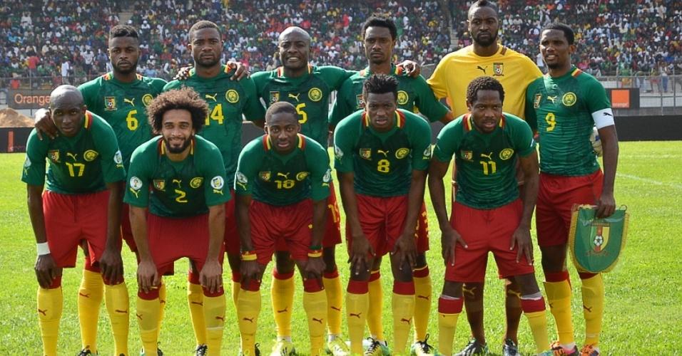 17.nov.2013 - Jogadores de Camarões posam para tradicional foto antes da partida de volta contra a Tunísia pelas eliminatórias da Copa-2014