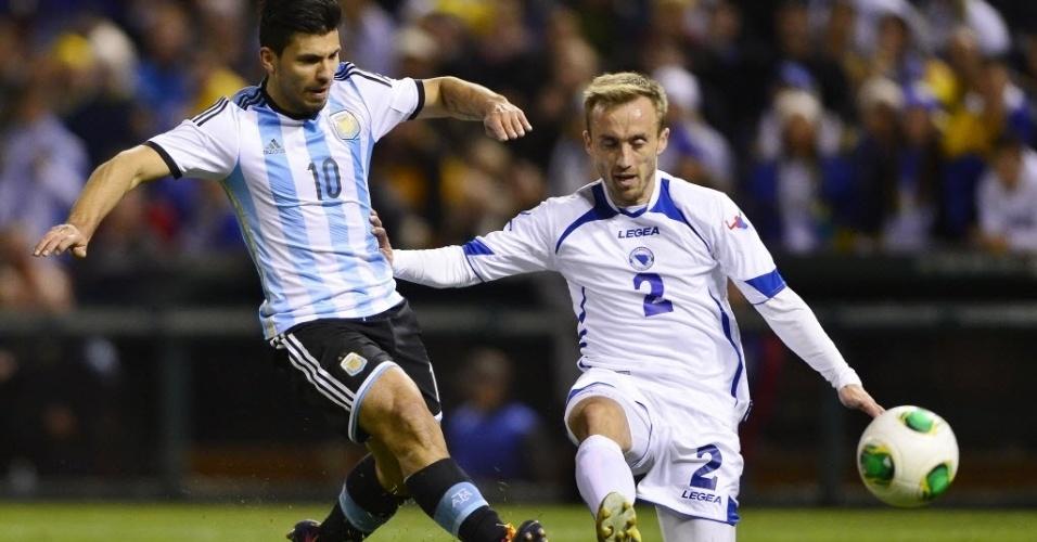 18.nov.2013 - Agüero chuta para marcar um de seus gol no amistoso da Argentina contra a Bósnia: 2 a 0