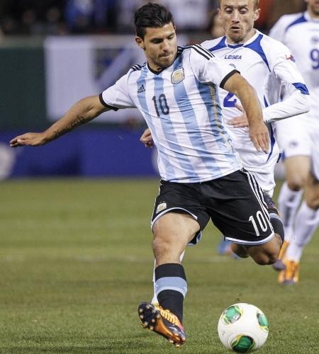 18.nov.2013 - Agüero foi o destaque da Argentina em amistoso contra a Bósnia; vitória dos argentinos por 2 a 0