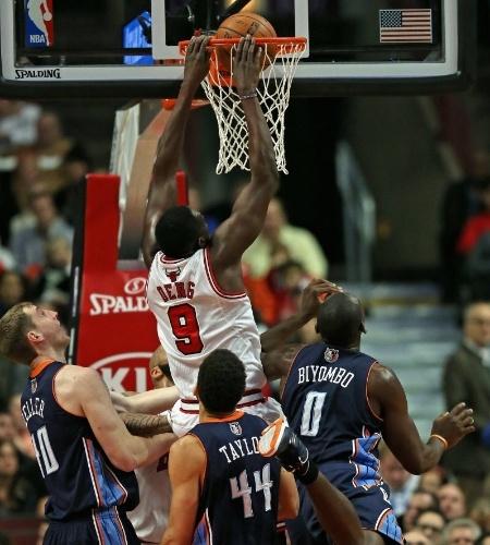 18.nov.2013 - Luol Deng enterra durante o triunfo dos Bulls sobre os Bobcats por 86 a 81; ele anotou a cesta da vitória nos últimos segundos da partida
