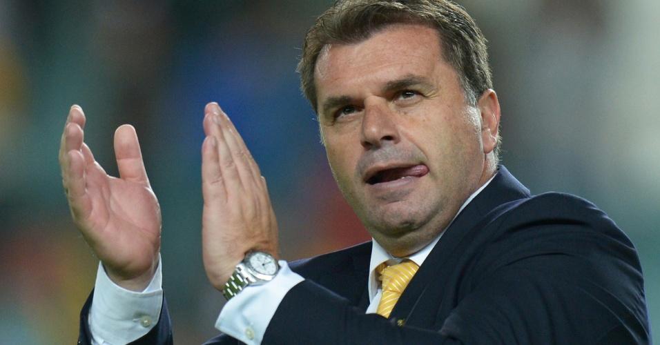 19.nov.2013 - Ange Postecoglou, técnico da Austrália, aplaude seus jogadores durante a vitória por 1 a 0 sobre a Costa Rica em amistoso disputado em Sydney
