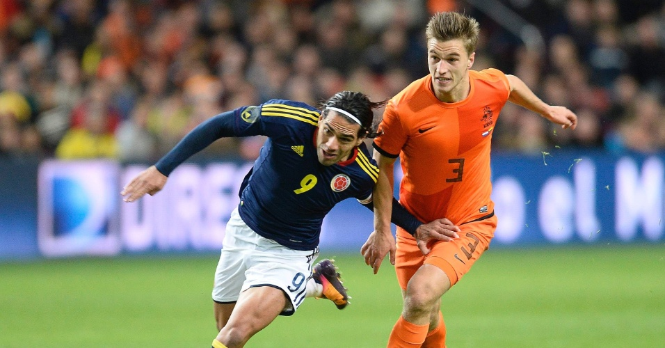 19.nov.2013 - Colombiano Falcao García passa pela marcação do holandês Joel Veltman durante amistoso; jogo terminou 0 a 0