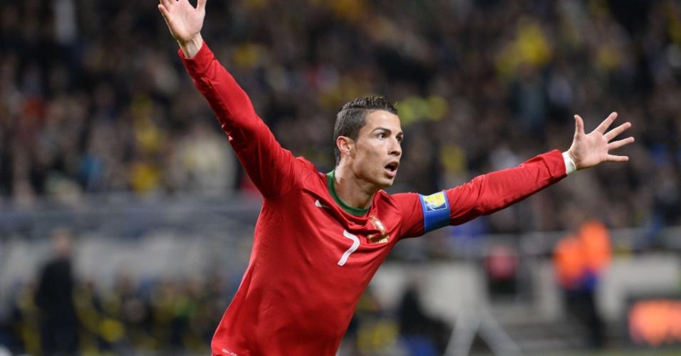 19.nov.2013 - Cristiano Ronaldo comemora após abrir o placar para a seleção portuguesa diante da Suécia