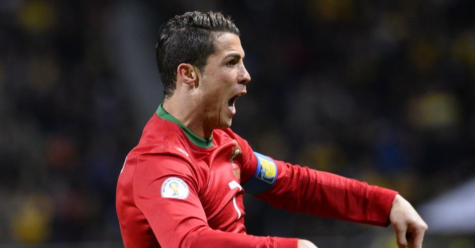19.nov.2013 - Cristiano Ronaldo mostra quem é quem manda após marcar o primeiro gol da seleção portuguesa diante da Suécia