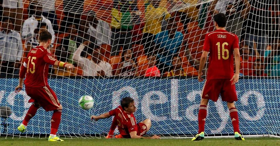 19.nov.2013 - Nacho Monreal não consegue impedir o gol da África do Sul no amistoso disputado em Johanesburgo; espanhóis perderam por 1 a 0
