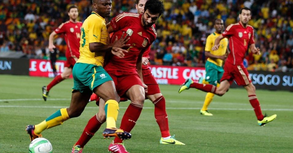 19.nov.2013 - Espanhol Raul Albiol divide a bola com Tokelo Rantie, da África do Sul, no amistoso em Johanesburgo; sul-africanos venceram por 1 a 0