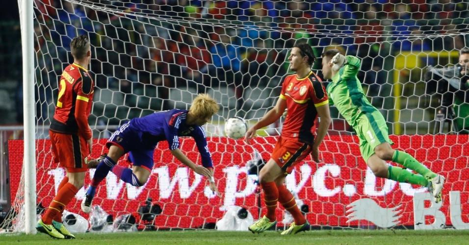 19.nov.2013 - Yoichiro Kakitani marca para o Japão no amistoso contra a Bélgica; japoneses venceram por 3 a 2