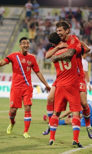19.nov.2013 - Jogadores da Rússia comemoram um dos gols da vitória por 2 a 1 sobre a Coreia do Sul em amistoso disputado em Dubai