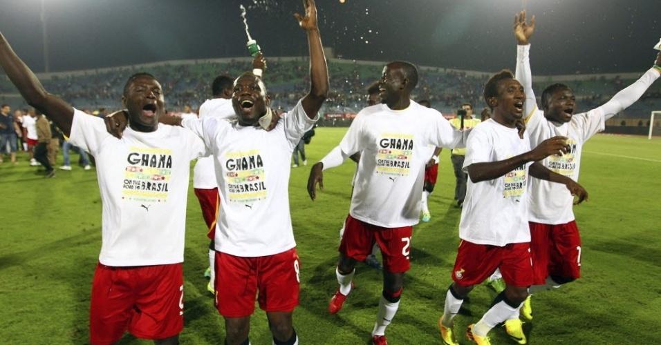 19.nov.2013 - Jogadores de Gana comemoram classificação para a Copa do Mundo-2014; vaga foi confirmada mesmo com a derrota por 2 a 1 para o Egito