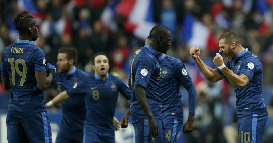 19.nov.2013 - Karim Benzema (d) comemora depois de marcar o segundo gol da França contra a Ucrânia; Bleus ganharam por 3 a 0 e, de forma heroica, conseguiram a classificação para a Copa-2014