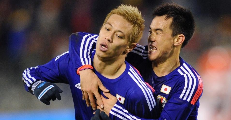 19.nov.2013 - Keisuke Honda comemora com seu companheiro após marcar no amistoso entre Japão e Bélgica; japoneses venceram por 3 a 2