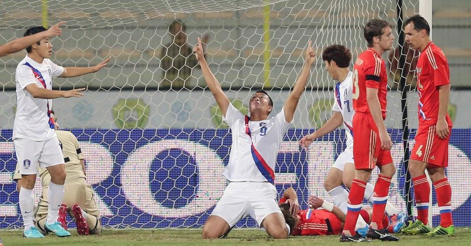 19.nov.2013 - Kim Shin-wook (c), da Coreia do Sul, comemora após marcar um gol na derrota por 2 a 1 para a Rússia em amistoso disputado em Dubai