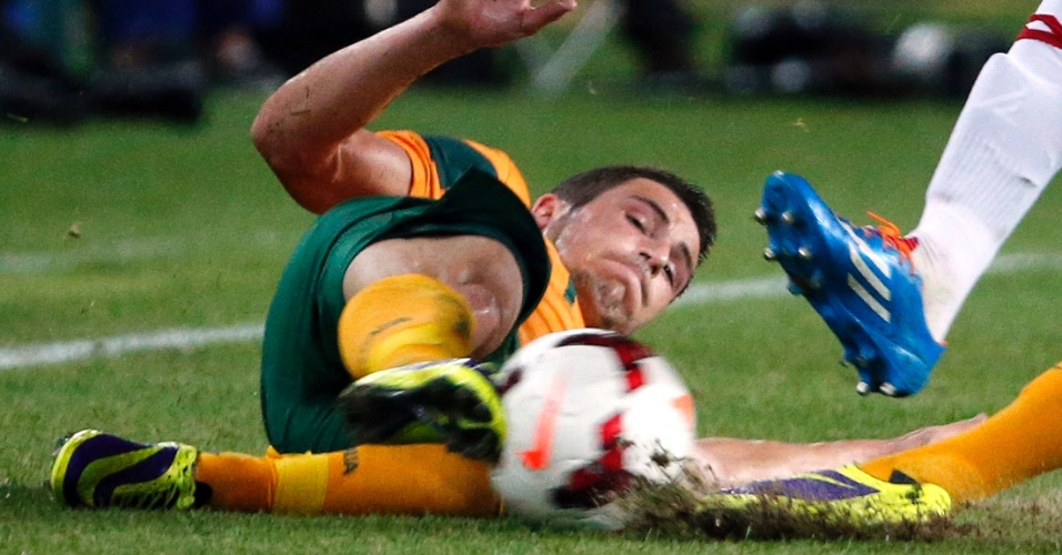 19.nov.2013 - Mathew Leckie, da Austrália, dá carrinho em disputa pela bola durante a vitória por 1 a 0 sobre a Costa Rica em amistoso disputado em Sydney