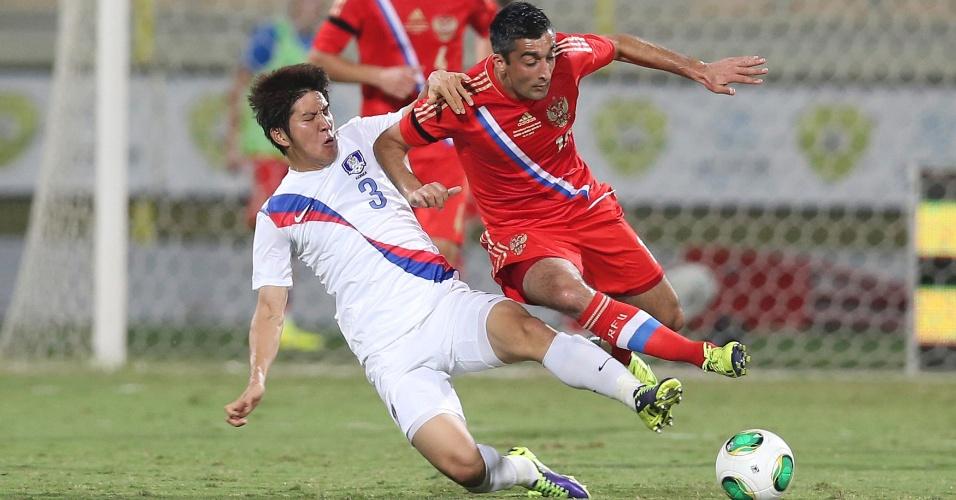 19.nov.2013 - Park Joo-ho, da Coreia do Sul, comete falta em Alexander Samedov, da Rússia, em amistoso disputado em Dubai; russos venceram por 2 a 1