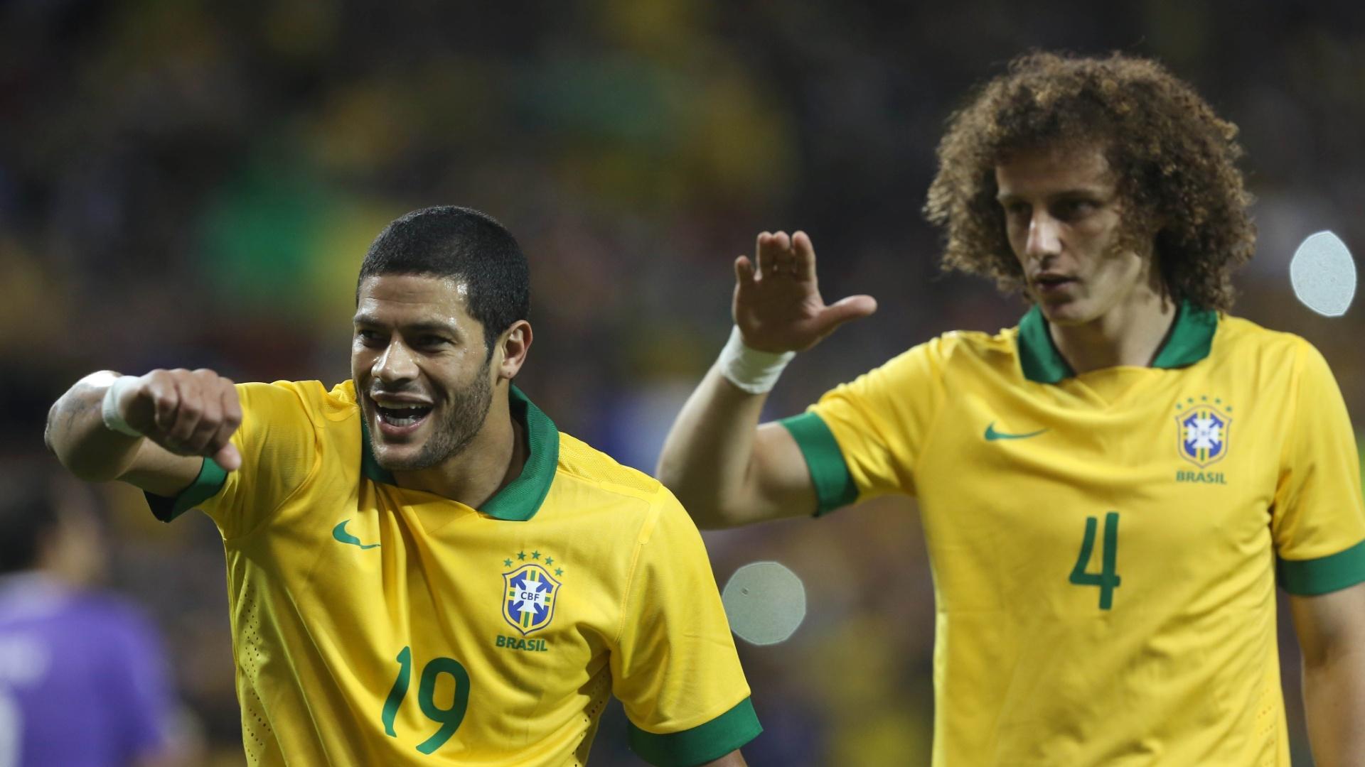 19.nov.2013 - Hulk e David Luiz fazem dancinha após o Brasil abrir o placar contra a seleção chilena
