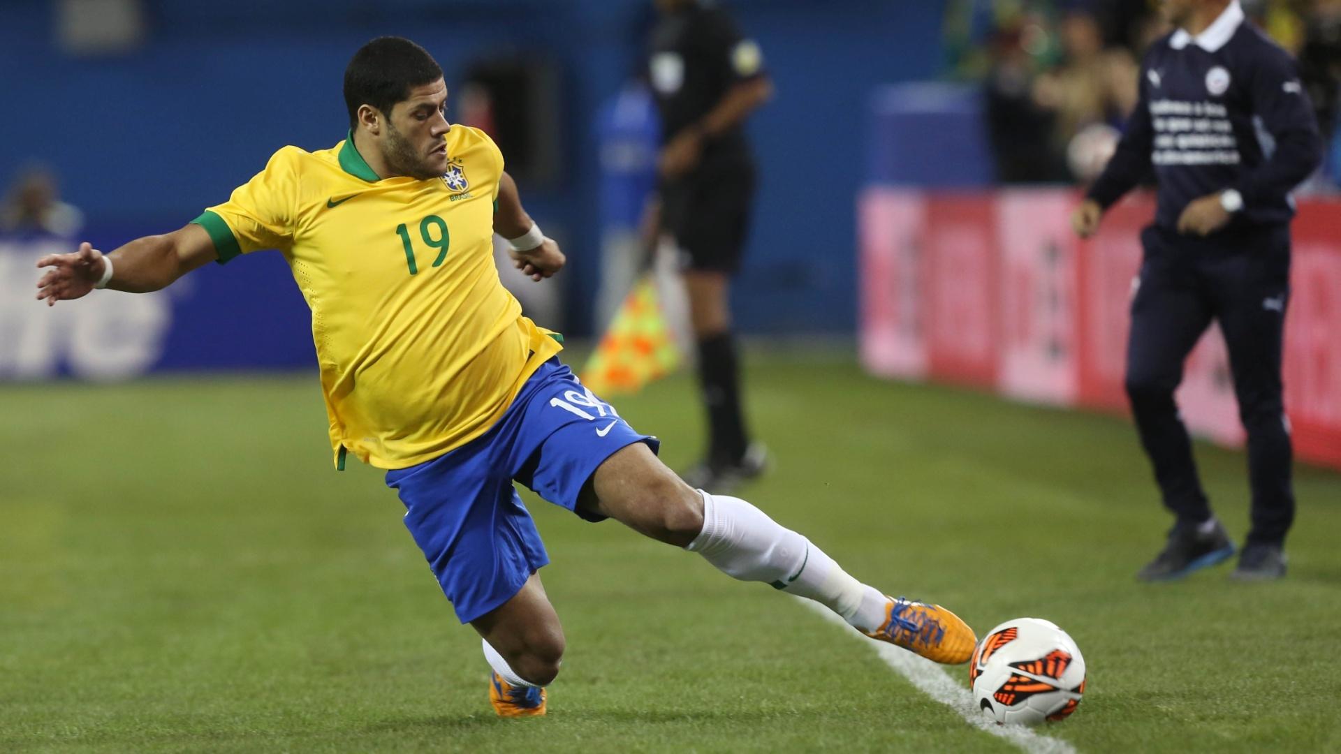 19.nov.2013 - Hulk tenta evitar a saída de bola em amistoso do Brasil contra o Chile