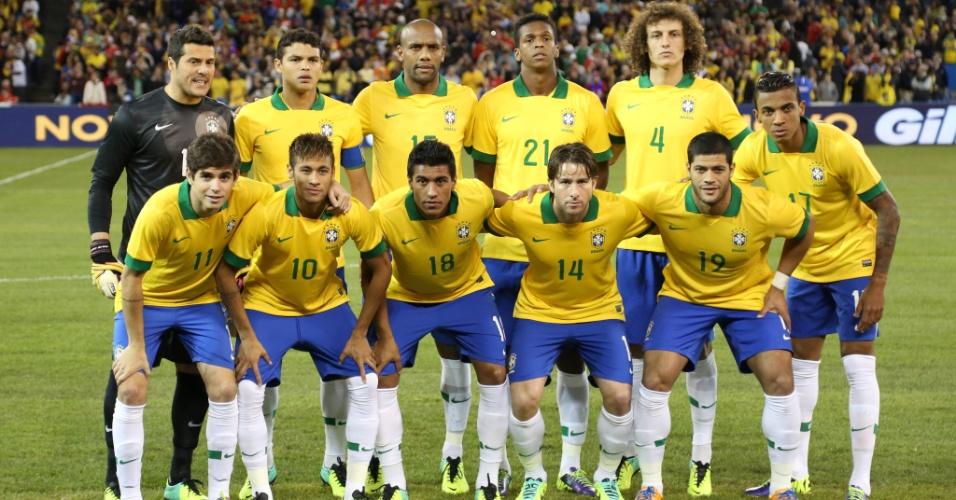 19.nov.2013 - Jogadores da seleção brasileira posam para foto antes da partida contra o Chile